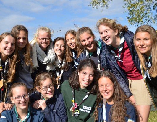Un camp auprès de jeunes femmes migrantes